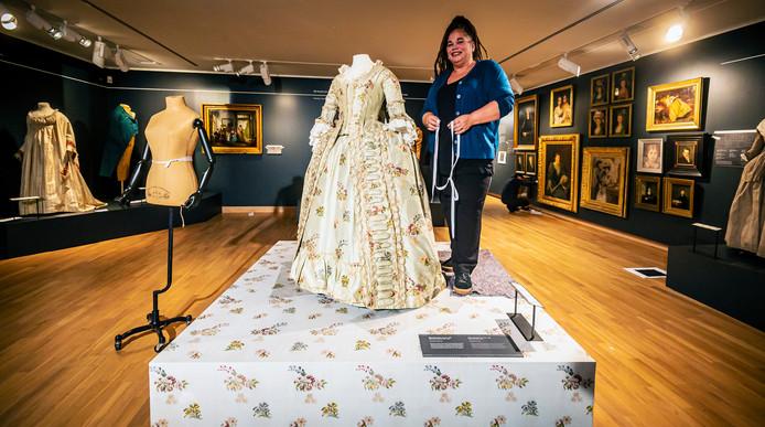 Nancy Hovingh is volop bezig met de inrichting van de nieuwe tentoonstelling Slow Fashion.