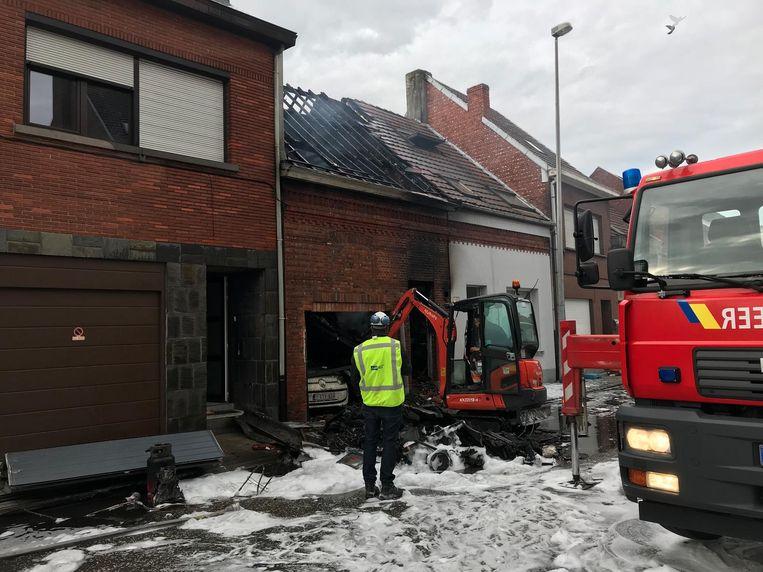 De rijwoning is totaal verwoest door de brand. Ook een auto in de garage werd vernield.