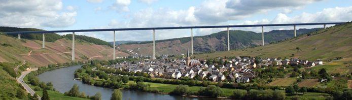 De Hochmoselbrücke is onderdeel van de autoweg B50neu tussen de BeNeLux-landen en het Rijn-Maingebied.