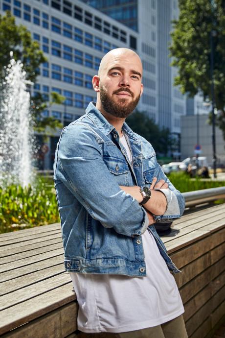 Derek Otte schrijft gedichtje voor huwelijksaanzoek op de Erasmusbrug