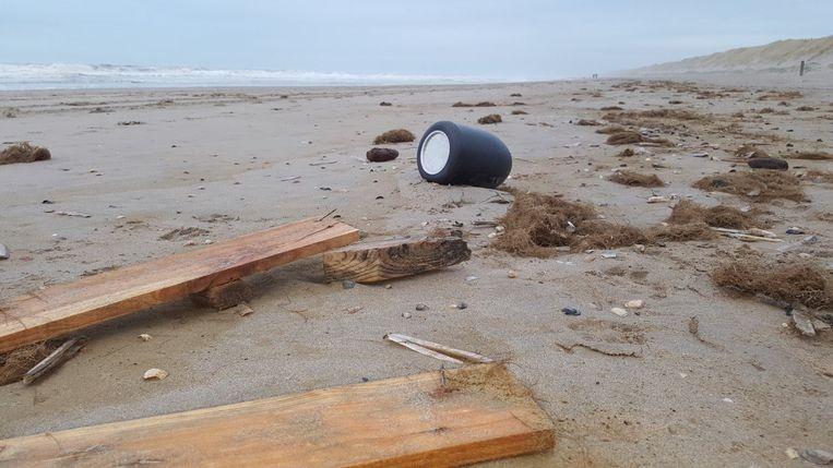 Een van de aangespoelde urnen op het strand.