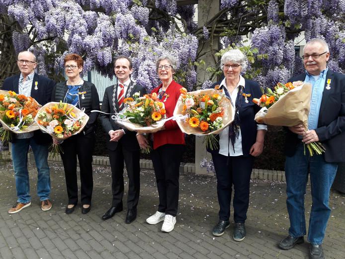 Lintjesregen in de gemeente Berg en Dal. Van links naar rechts: Arnold de Bruin, Dinie van Kesteren, burgemeester Mark Slinkman, Geertje den Hertog, Jet Jacobs en Erik Hell.