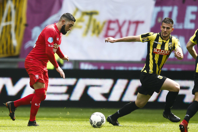 Adnane Tighadouini (op archiefbeeld in het shirt van FC Twente) vertrekt naar Qatar.