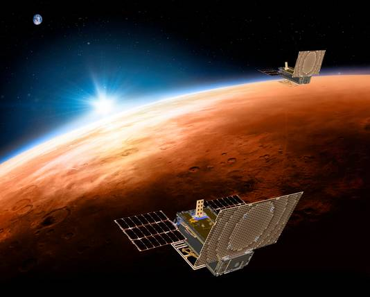 Terwijl InSight afdaalt, onderhouden de twee sondes van het Mars Cube One-project, die hem begeleidden op weg naar de planeet, de communicatie.
