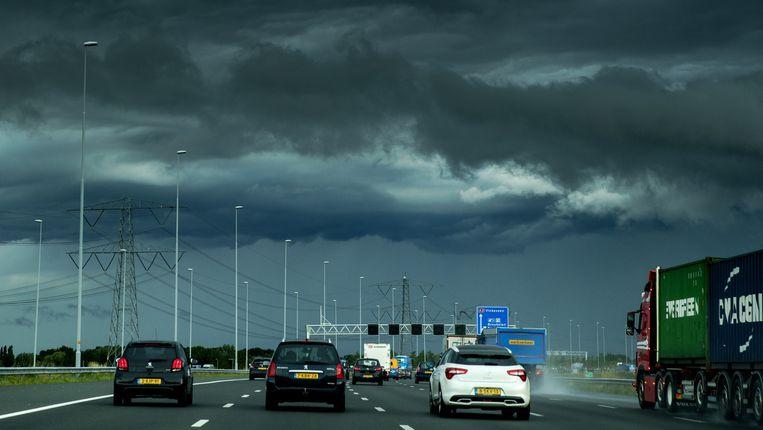 Wolken boven Amsterdam gezien vanaf de snelweg A2 vanuit Utrecht Beeld anp