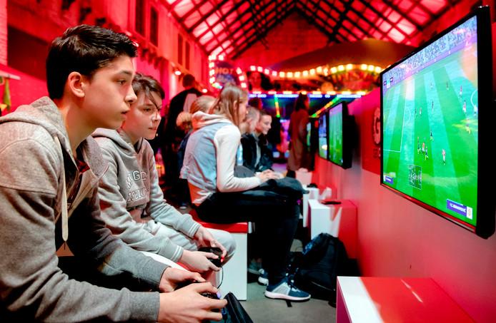 Jongeren spelen games tijdens het Youtube-festival Veed op het Westergasterrein.