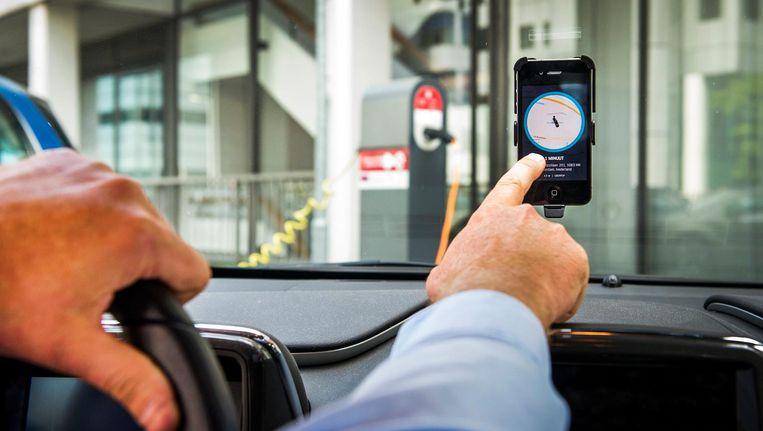 Een chauffeur van Uber accepteert een aanvraag voor een rit van een klant Beeld anp
