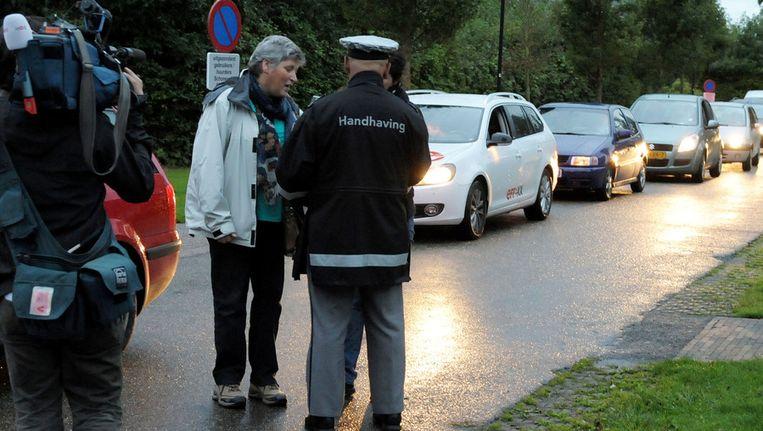 Gasten verlaten hun (vakantie)woningen op recreatiepark Schoneveld. Het natuur- en recreatiegebied Waterdunen, waarin het park ligt, wordt in aller vroegte ontruimd voor de ruiming van twee explosieven. Beeld ANP