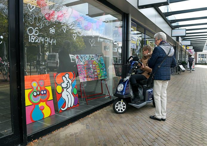 Kunstenaars mogen hun werk uitstallen in de leegstaande winkelpanden op De Kerkbuurt, om de straat zo 'toch nog een beetje gezellig te houden'.