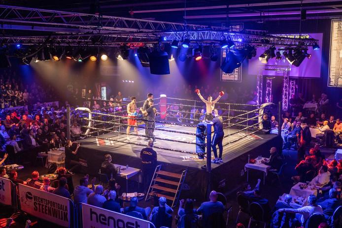 Ruim 1300 toeschouwers rond de ring in de Steenwijker Meenthe zagen Billy Haynes van KB Steenwijk (met rode handschoenen) zijn partij winnen.