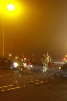 Dichte mist in Oost-Nederland: Auto op de kop in Apeldoorn en ravage in Zwolle
