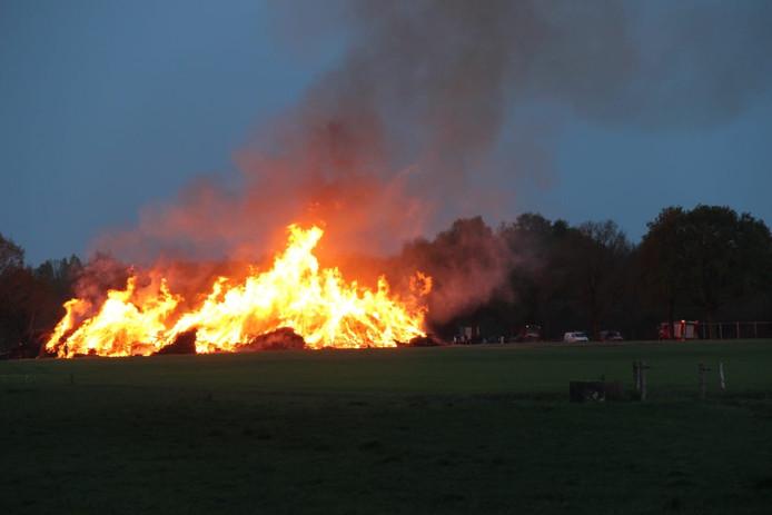Het restant van de paasbult van Espelo gaat in aanwezigheid van de brandweer alsnog in vlammen op.