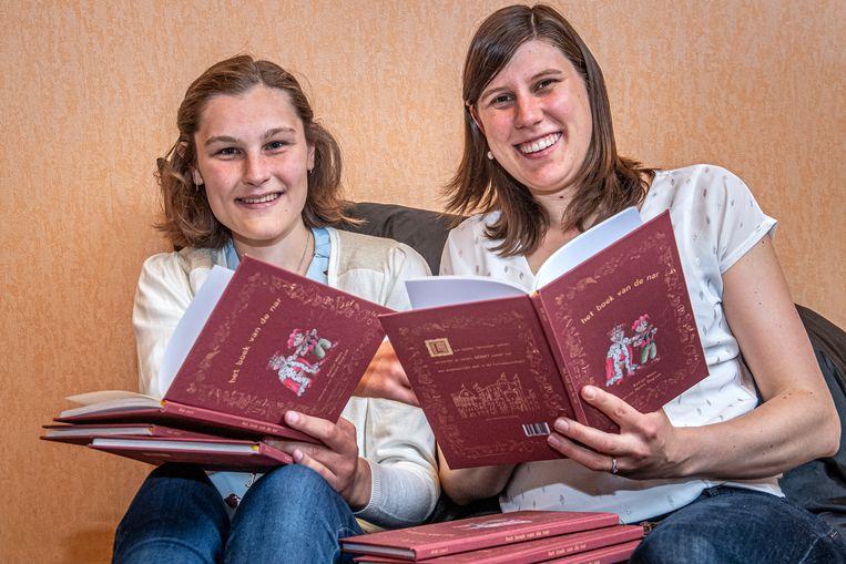 Hanne Degryse en Katrijn Maes hebben met 'Het boek van de nar' hun eerste boek op de markt gebracht via hun eigen uitgeverij De Letterburcht.