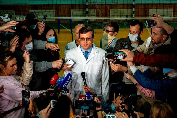 Alexander Murakhovsky spreekt journalisten toe bij het ziekenhuis in Omsk waar hij Aleksej Navalny onderzocht.