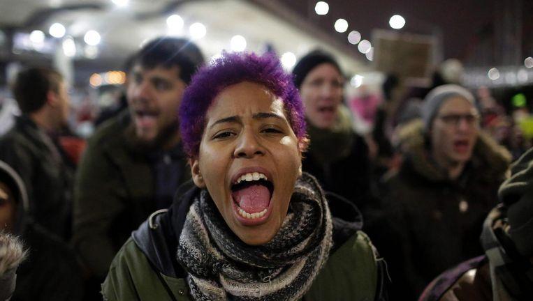 Anti-Trump betogers op het internationale vliegveld van Chicago. Beeld afp
