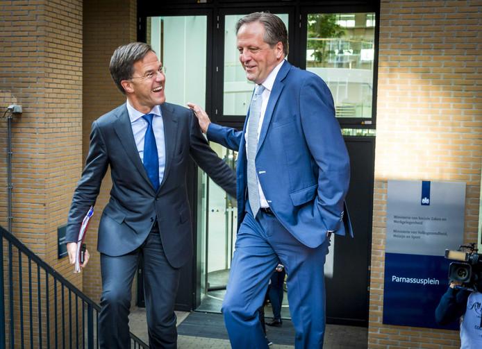 Mark Rutte en Alexander Pechtold vertrekken samen bij het ministerie van VWS na het wekelijkse coalitieoverleg.