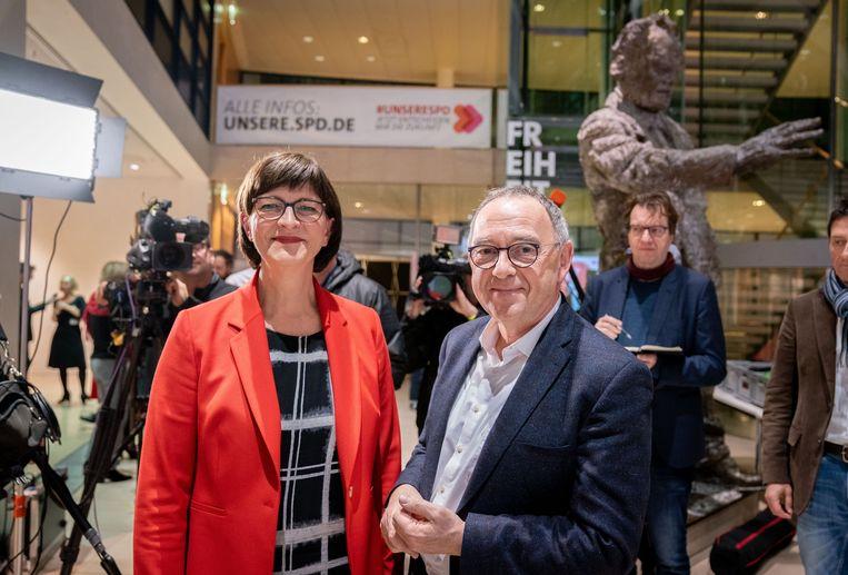 Saskia Esken en Norbert Walter-Borjans op het SPD-hoofdkantoor in Berlijn.  Beeld null