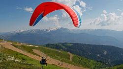 Paraglider verliest controle en landt … in beerput