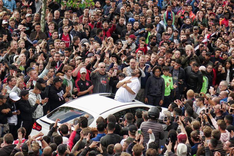 De vader van Abdelhak Nouri bedankt de fans voor hun komst bij het huis van de Ajacied in Geuzenveld enkele dagen nadat Nouri op het voetbalveld zakte. Beeld anp