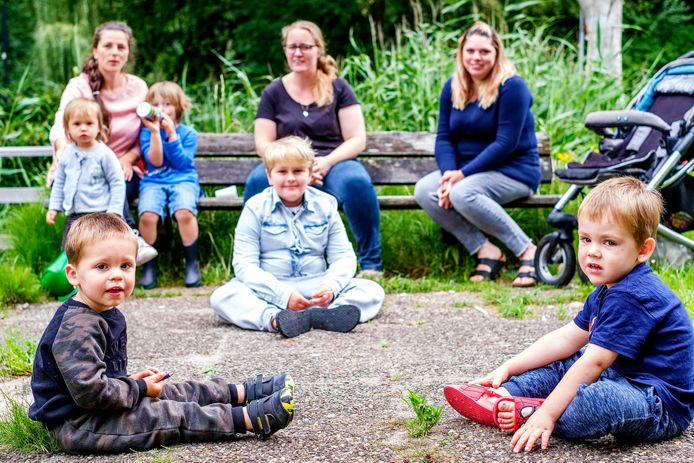 Van links naar rechts op de bank de moeders Maya Sampiemon met Masha (1,5) en David (4), Anna Russchen-Brader met Lorenzo (3) en Ryan (10) en Giselle met Sam (1).