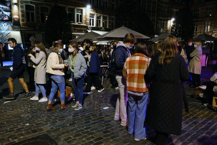 """De Oude Markt in Leuven. """"Indien mensen niet heel duidelijk weten wat ze moeten doen en waarom ze dat moeten doen, interpreteert iedereen de maatregelen en de regels op zijn manier."""""""