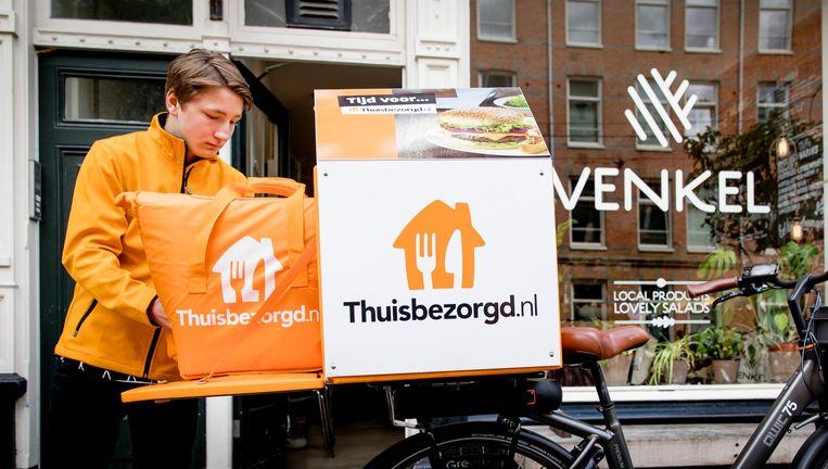 Een bezorger van Thuisbezorgd.nl verwerkt een bestelling. Beeld anp
