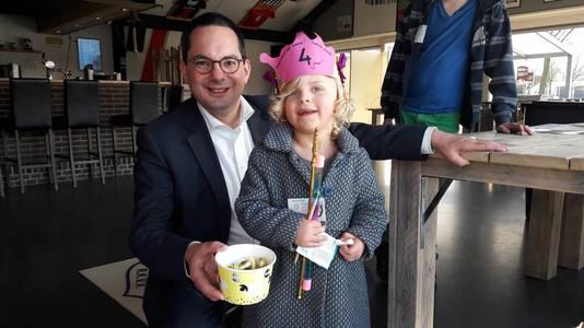 Sophia krijgt op haar vierde verjaardag een speciale, toevallige traktatie: van burgemeester Adriaansen mag ze een schuimpje pakken uit het snoepbakje dat hij komt brengen voor de stembureauleden bij METO in Hoogerheide.