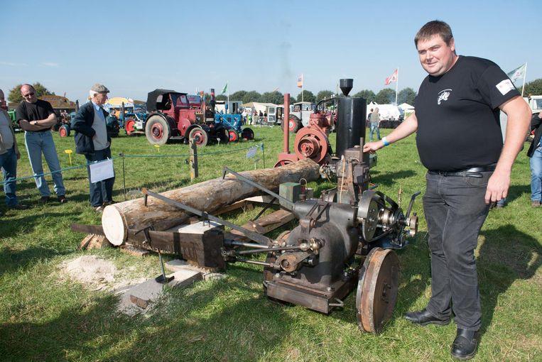 Lieven Vanden Dooren, trots bij een van de blikvangers bij de oldtimers: een op diesel aangedreven zaagmachine uit 1930.