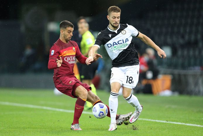 Hidde ter Avest namens Udinese in duel met Leonardo Spinazzola van AS Roma.