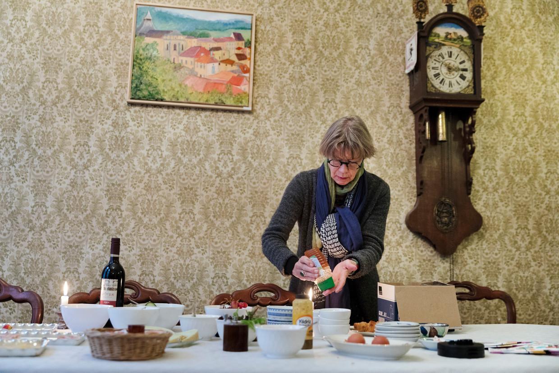 Gestalttherapeut Ila Bovenlander bereidt het ontbijt voor in het Stadsklooster