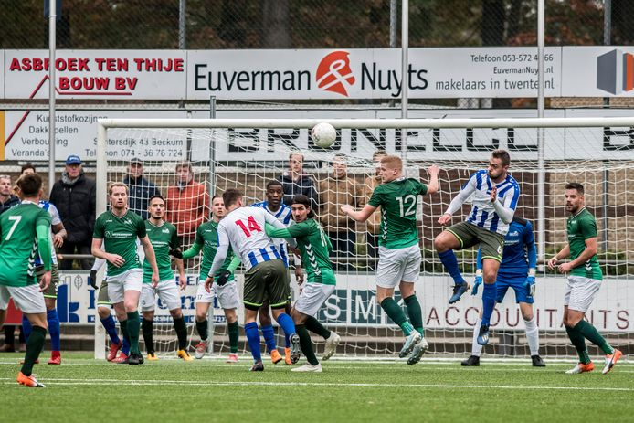 Beeld uit de wedstrijd in de derde divisie tussen HSC'21 en FC Lienden. Lienden stopt met het zondagteam.