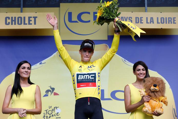 Greg van Avermaet viert zijn gele trui op het podium tijdens de derde etappe van de 105e editie van de Ronde van Frankrijk, een ploegentijdrit.