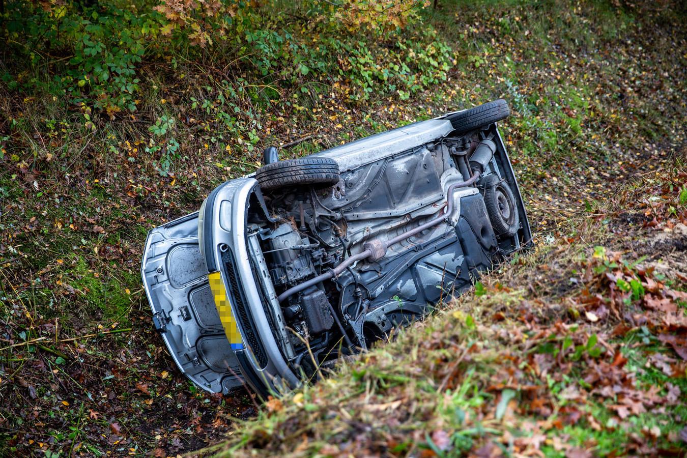 Auto belandt in sloot in Roosendaal.