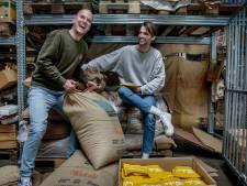 Arnhems duo gelooft in koffie in je brievenbus: 'Wat Starbucks kan, kunnen wij ook'