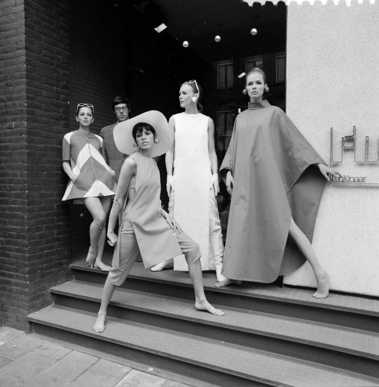 Frans Molenaar presenteert een collectie vrije tijds- en standkleding in 1967. Beeld ANP