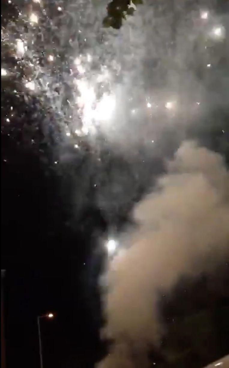 Het vuurwerk van de supporters bij het hotel van de Spurs. Beeld Twitter