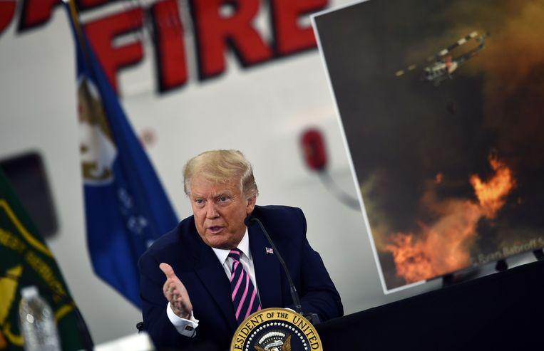 Trump tijdens een briefing over de bosbranden in Californië, op maandag.  Beeld AFP