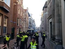 ME grijpt in na confrontatie tussen Kick Out Zwarte Piet en voetbalsupporters in Zwolle