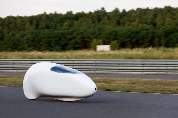 Ellen van Vugt in haar futuristische ligfiets'capsule' tijdens haar succesvolle recordpoging op het circuit in Duitsland.