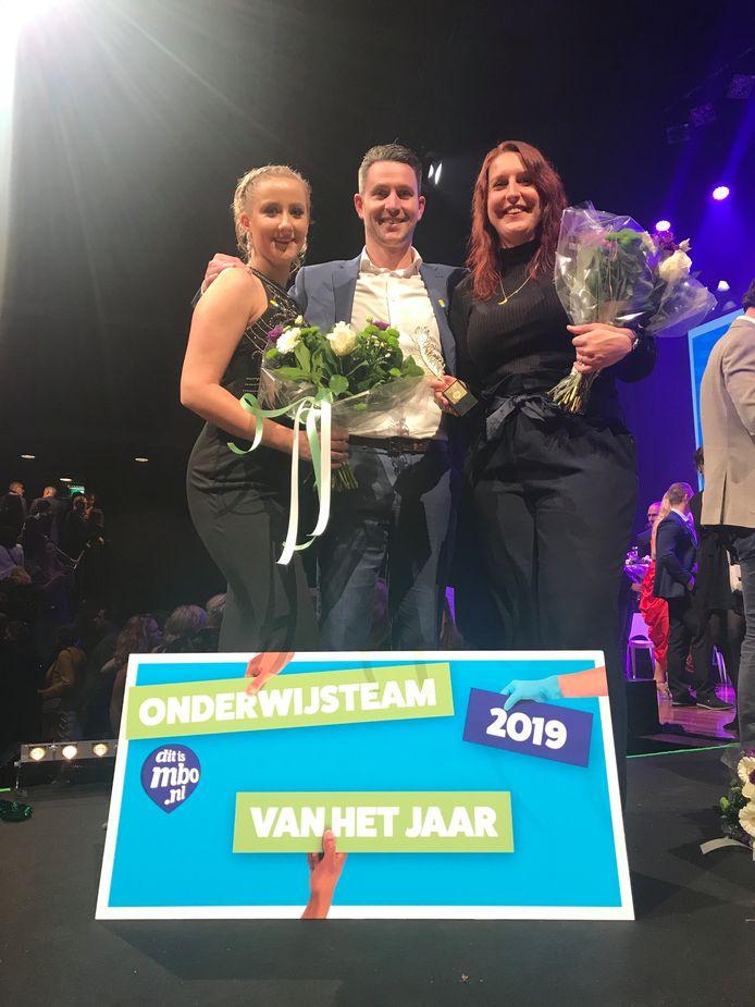 Ambassadeur Janine van Soest, mbo-docent van het Jaar Dirk Megens (rekendocent bij ROC Nijmegen) en Anoushka Kuhnen van team Apothekersassistent (het winnende team).