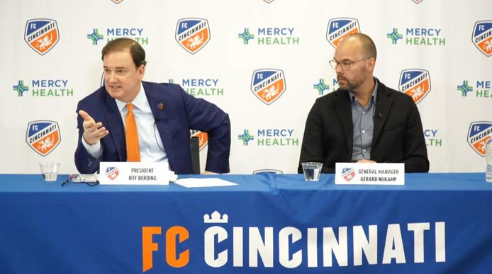 Cincinnati-voorzitter Jeff Berding op de persconferentie met naast zich directeur Gerard Nijkamp.