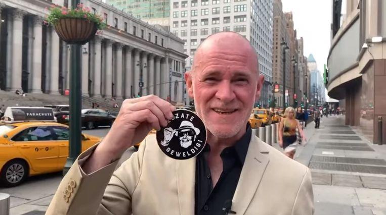 Björn Soenens met de Zelzate Geweldig-sticker in New York.