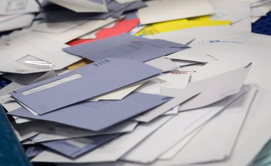 Burgers, bedrijven en overheid versturen steeds minder post. Het aantal brieven en kaarten is sinds 2005 gehalveerd.