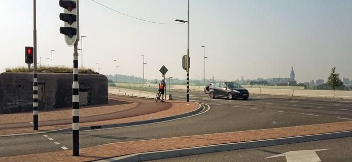 Een fietser zoekt zijn weg op de heringerichte Waalbrug.