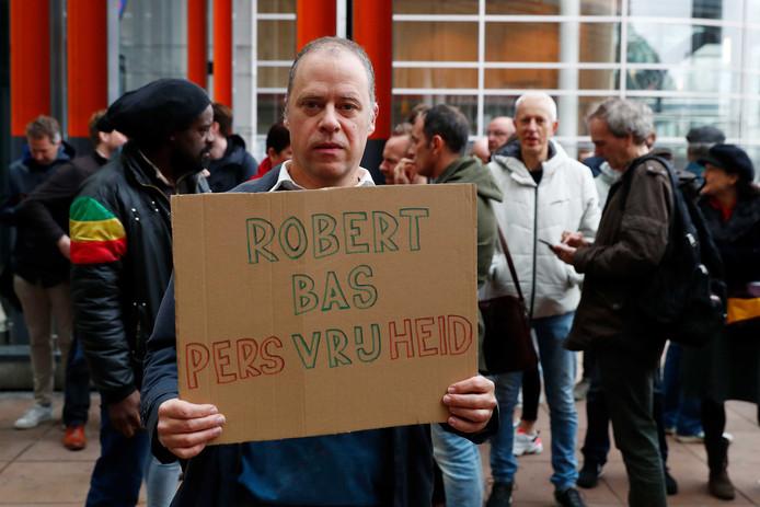 Journalisten demonstreren bij de rechtbank tegen de gijzeling van NOS-verslaggever Robert Bas. De verslaggever werd vastgehouden omdat hij weigerde als getuige in een strafzaak vragen te beantwoorden.