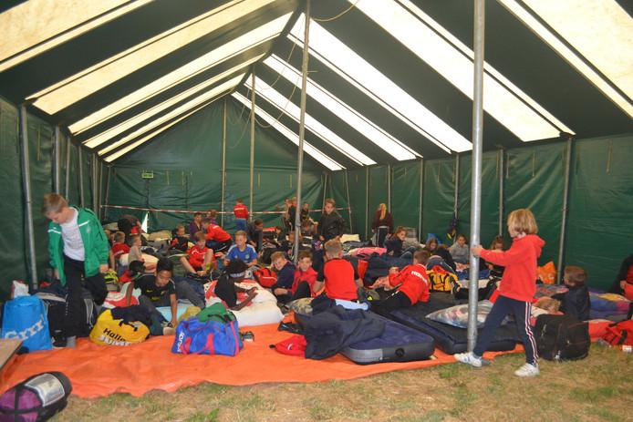 Veertig kinderen blijven drie nachten slapen op het kamp in Keent. Ze hebben zich zojuist geïnstalleerd.