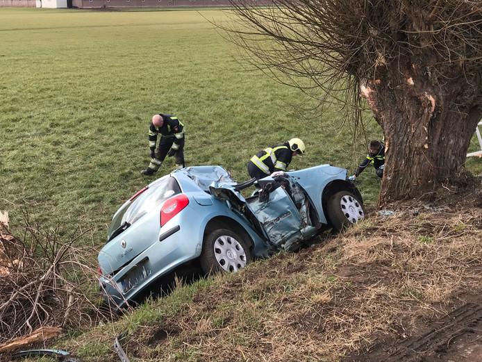 De auto van Suzan en haar vriend raakte van de weg op de Kerkdijk in Nuland.