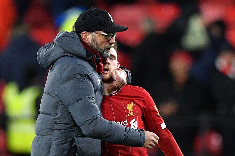 Liverpooltrainer Jurgen Klopp omhelst verdediger Andrew Robertson na de nederlaag tegen Watfort. Beeld AFP