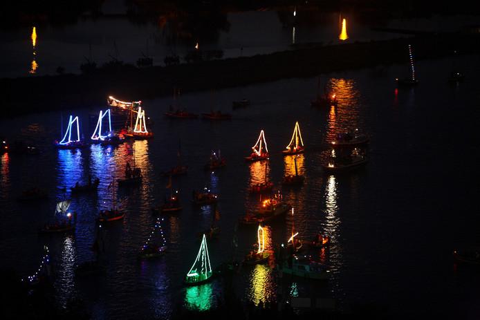 Verlichte en versierde scoutingboten varen zaterdag 11 augustus bij Zeewolde.