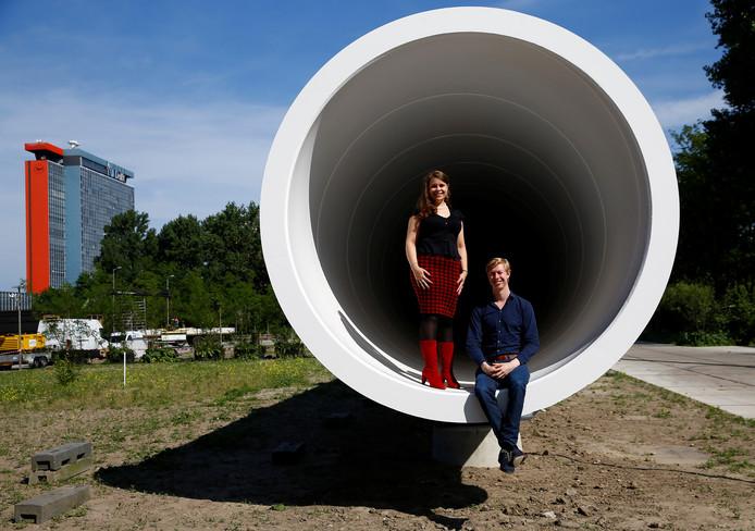 Tim Houter en Marleen van de Kerkhof bij de 30 meter lange testfaciliteit van de hyperloop, die er al staat bij de TU.